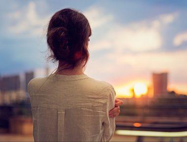 Une femme athazagoraphobe, cest à dire ayant peur de perdre ou d'être oublié de ses amis