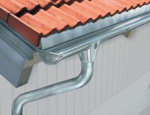 Une gouttière de toit