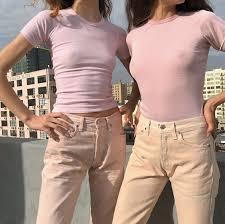 """Deux jeunes femmes sans soutien-gorge (""""no-bra"""")"""
