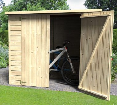Une remise de jardin (ou abri de jardin) en bois abritant deux bicyclettes