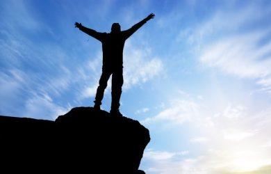 Un homme victorieux face à l'horizon