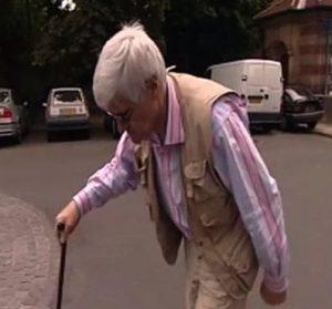 Un vieillard atteint de camptocormie