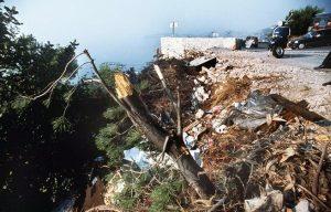 La corniche d'où la voiture de la princesse Grace de Monaco a plongé dans le vide, sur la route de la Turbie, le 13 septembre 1982, pour atterrir sur le parking de la villa loué par le jeune joueur de football international français Bruno Bellone