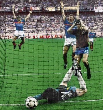 Les joueurs français Luis Hernandez et Bernard Lacombe, en joie après l'incroyable bourde du gardien de but espagnol Luis Arconada, qui, le 27 juin 1984 à Paris (75), ne parvient pas à maîtriser le ballon, sur un coup franc tiré par Michel Platini
