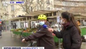 La journaliste Sophie Hébrard réalisant un radio-trottoir en direct, sur la chaîne de télévision d'information en continu BFM TV