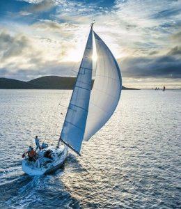 Un voilier bénéficiant d'un bon vent