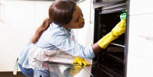 """Une """"bonniche"""" au sens figuré, c'est à dire une femme contrainte d'exécuter des tâches ménagères rebutantes"""