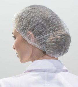 Une femme portant une charlotte jetable