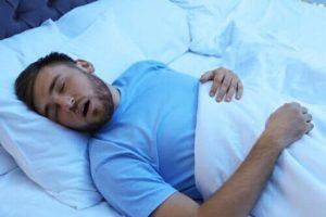 """Un homme en train de """"dormir comme une brute"""""""