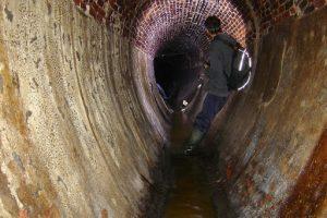 Un égoutier, dans un égout ovoïde, à Bruxelles (Belgique)