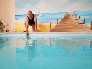 """""""Elle est bonne !"""" : un homme teste la température de l'eau d'une piscine"""