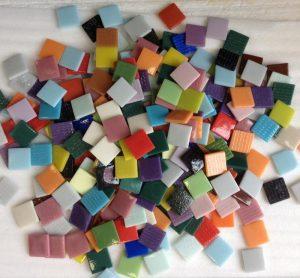 Petits émaux de couleur utilisés pour la création de mosaïques
