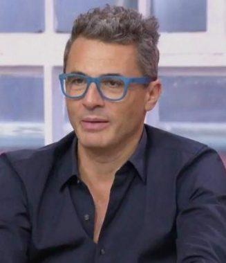 """L'antiquaire français Julien Cohen, acheteur dans l'émission """"Affaire conclue"""", présentée par Sophie Davant, sur la chaîne de télévision publique française France 2"""