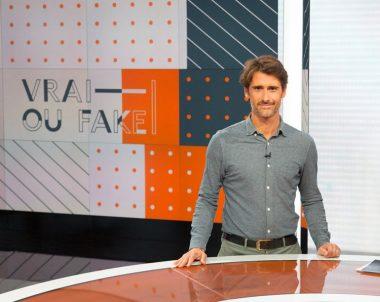 """Le journaliste français Julien Pain, présentateur de l'émission """"Vrai ou fake"""" sur la chaîne de télévision publique française France Info"""