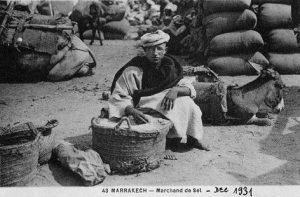"""Un """"saunier"""" ou marchand de sel marocain, à Marrakech, en décembre 1931"""