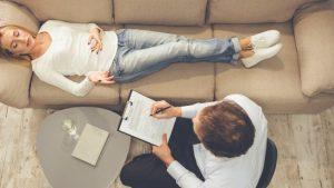 Un psychanalyste, pendant une séance avec une patiente, allongée sur son divan