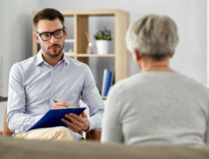 Un psychothérapeute, en entretien