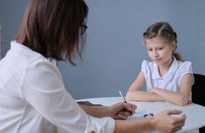 Une psychologue, en entretien avec une fillette