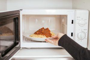 Le réchauffage d'une assiette de pâtes au four micro-ondes