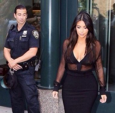 """""""Lorgner"""", """"Mater"""", """"Reluquer"""", """"Zieuter"""", """"Contempler"""" : ce policier ne """"voit"""" pas l'animatrice de télévision états-unienne Kim Kardashian, il la """"regarde"""" !"""