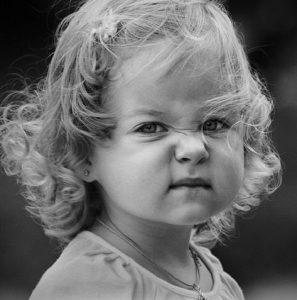 Une fillette au visage renfrogné