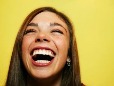 Une jeune femme s'esclaffant de rire