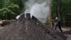 Fabrication de charbon de bois par un charbonnier