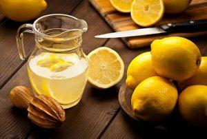 Une carafe de citron pressé