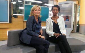 """Claire Chazal et son invitée, l'écrivaine française Tania de Montaigne, dans l'émission """"Soyons Claire"""", sur la chaîne de télévision publique franceinfo"""