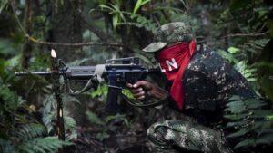 Un guérillero colombien combattant dans la jungle