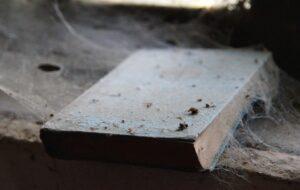 Un livre couvert de poussière