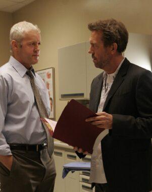 """L'inspecteur Michael Tritter (David Morse) et le docteur Gregory House (Hugh Laurie), durant la troisième année du feuilleton états-unien """"Dr House"""" (2006-2007)"""