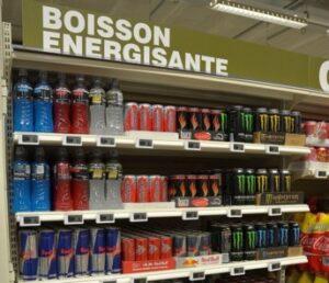 """Le rayon """"Boissons énergisantes"""" d'un supermarché français"""