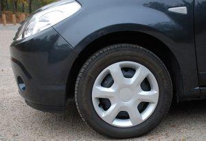 """Une roue d'automobile et son """"enjoliveur"""" ou """"chapeau de roue"""""""