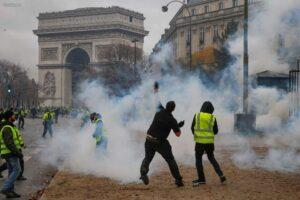 Scène de guérilla urbaine, le 1er décembre 2018, à Paris (75), près de l'Arc de Triomphe, à l'issue d'une manifestation des Gilets jaunes (© Geoffroy Van der Hasselt / AFP)