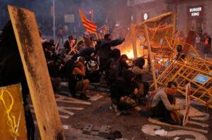 Scène de guérilla urbaine à Barcelone (Catalogne) (Espagne), le 15 octobre 2019