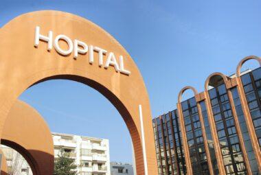 Une entrée d'hôpital