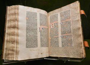 """Un incunable : la bible de Gutenberg """"à 42 lignes"""" de 1455 environ, l'un des livres les plus chers au monde. Le prix d'un exemplaire complet peut atteindre les 20 millions de dollars"""