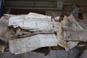 De vieux journaux acadiens pulvérulents de 1885, retrouvés en 2020 pendant les rénovations d'un appartement d'une résidence de Caraquet (Nouveau-Brunswick) (Canada)