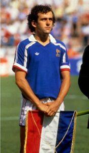 Le joueur de football français Michel Platini, capitaine de l'équipe de France de football