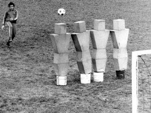 Michel Platin s'entraînant à tirer les coups francs avec des mannequins (© Jacques Glory)