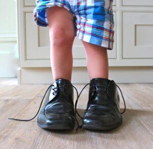 """Des """"péniches"""", c'est à dire : des chaussures beaucoup trop grandes (registre argotique)"""