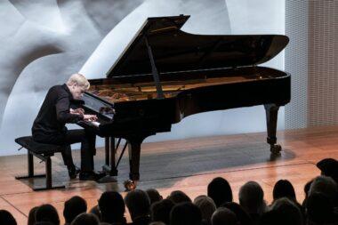 Un pianiste soliste donnant un récital de piano