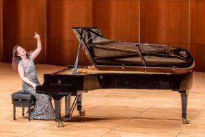 Une pianiste soliste donnant un récital de piano