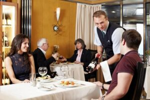 Un serveur de restaurant effectuant son service