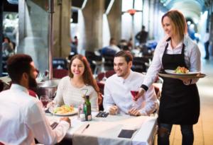 Une serveuse de restaurant effectuant son service