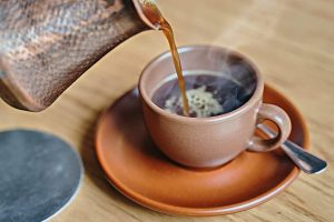 "Servir une ""resucée"" de café"