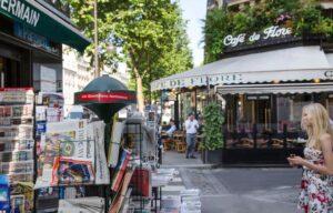 Un kiosque à journaux, devant le Café de Flore, boulevard Saint-Germain, à Paris (75)