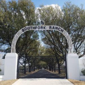 """L'entrée de Southfork, le ranch de la famille Ewing, dans la série états-unienne """"Dallas"""" (les arbres ont bien poussé depuis le début de la série, en 1978"""