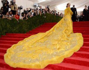 Une gigantesque traîne jaune, portée par la chanteuse barbadienne Rihanna, au gala du Met, à New York (États-Unis d'Amérique), le 5 mai 2015
